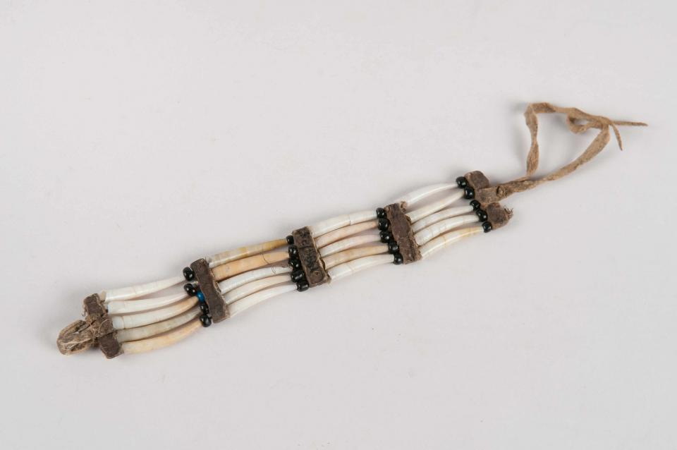 Dentalia shell bracelet (or hair-tie).